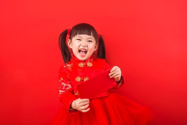 Een chinees meisje viert chinees nieuwjaar met een rode envelop