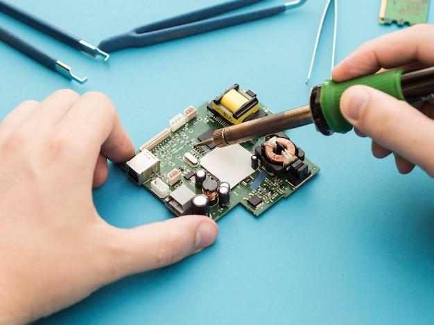 Een circuit repareren met behulp van soldeerbout
