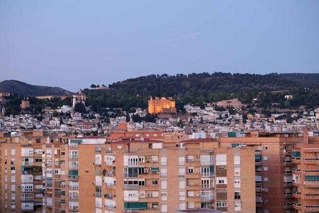 Een cityscape-mening bij schemering van granada in de avond na zonsondergang.
