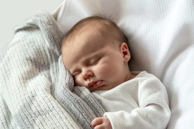 Een close-up portret van een meisje dat slaapt in een wieg of wieg