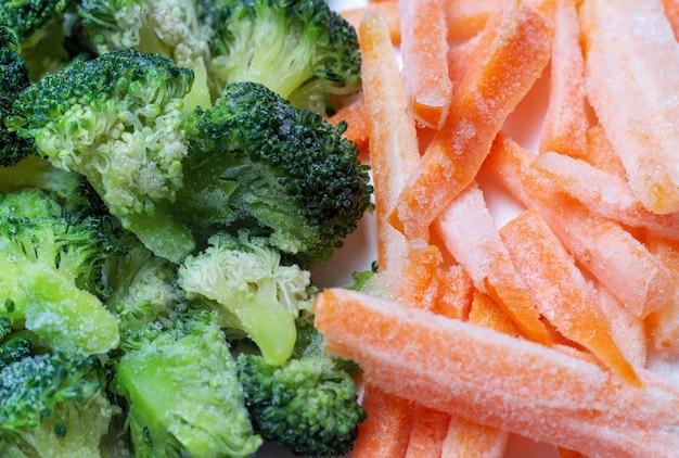 Een close-up van bevroren groenten, wortelen en broccoli, bovenaanzicht