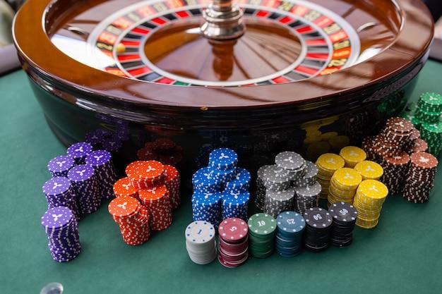 Een close-up van de handen van een blackjack dealer in een casino, zeer ondiepe scherptediepte.