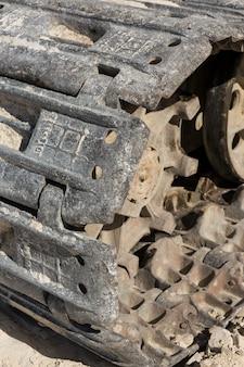 Een close-up van de sporen van een zware grote graafmachine in een mijngroeve.