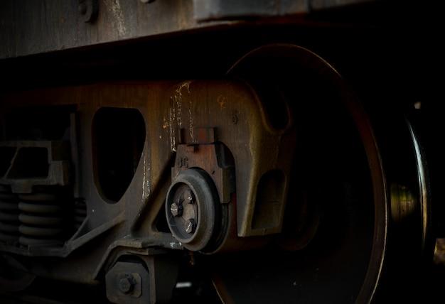 Een close-up van de wielen van een trein