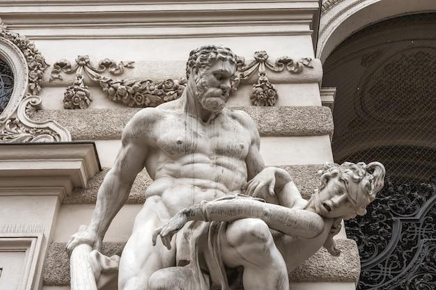 Een close-up van een sculptuur van een man.