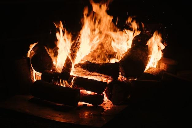 Een close-up van het verbranden van hout in een open haard