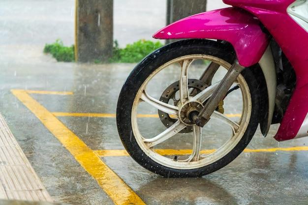 Een close-up van het voorwiel van een motorfiets.