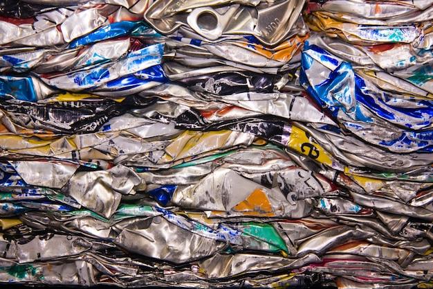 Een close up van metalen drankblikjes geplet voor recycling