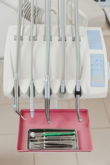 Een close-up van tandheelkundige boren in het kantoor van de tandarts dentist