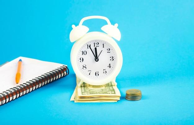 Een close-up van tijd en geld.