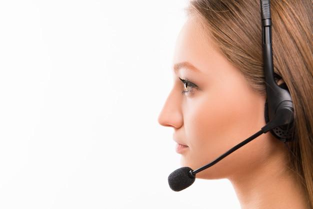 Een close-up zij-gezicht portret van een jonge agent van een callcenter