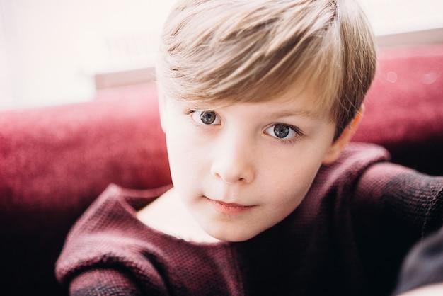 Een close-upportret van een leuke jong geitjejongen met grijze ogen