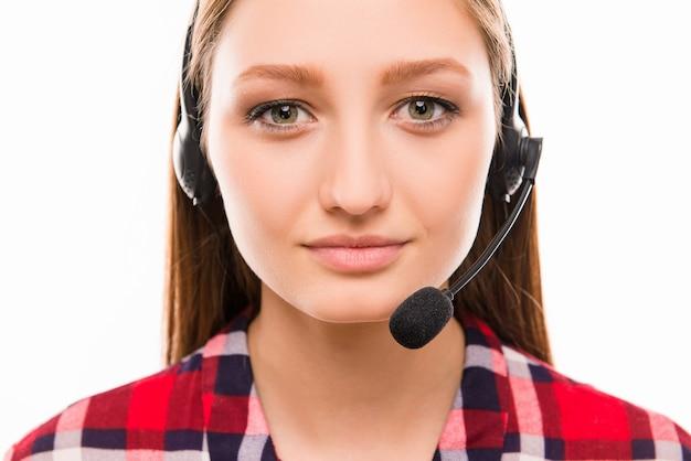 Een close-upportret van mooie assistent van callcenter