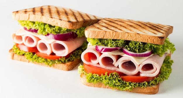 Een clubsandwich met vlees, salade, groenten