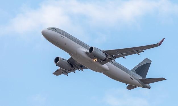 Een commercieel passagiersvliegtuig vliegt in de lucht. onderaanzicht.