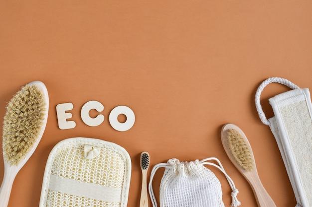 Een compositie van ecoobjecten op een oranje ondergrond