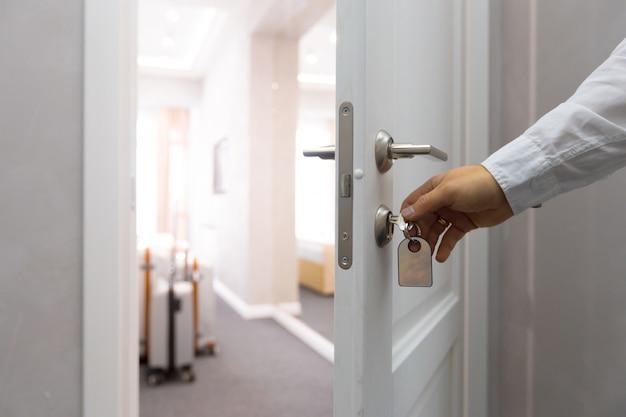 Een concept van de hoteldeur openen