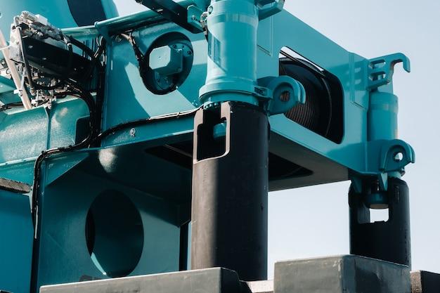 Een contragewicht monteren op een autolaadkraan. detail van de vrachtwagenkraan