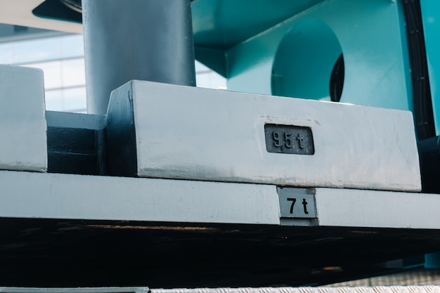 Een contragewicht monteren op een autolaadkraan