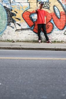 Een coole hiphopdanser die aan het chillen is in de buitenwijk.