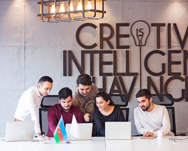 Een creatief ontwerpteam dat aan een project werkt.