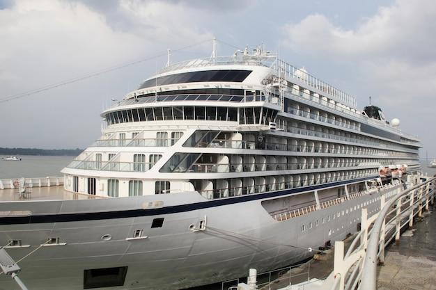 Een cruiseschip aangemeerd in het dok