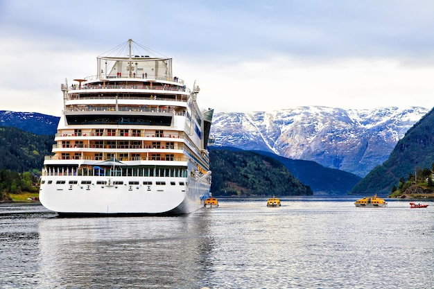 Een cruiseschip aanmeren voor de kust van de noordzee