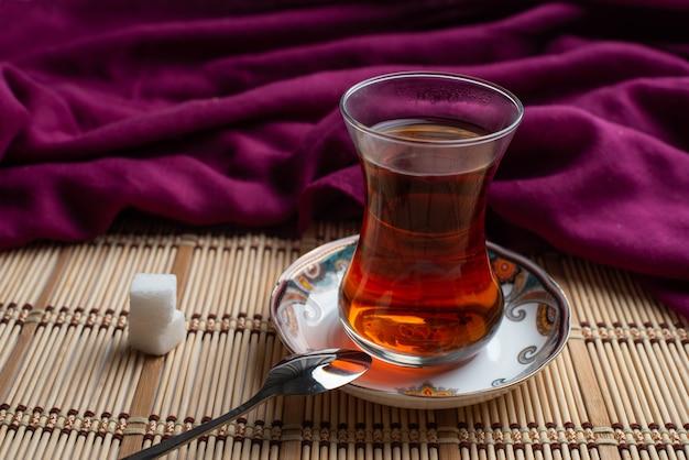 Een cuo van turkse thee met suiker als ontbijt