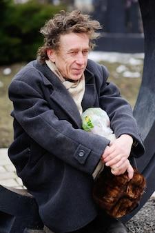 Een dakloze man zit
