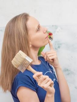 Een dame met een groene papegaai droomt ervan het huis te repareren.