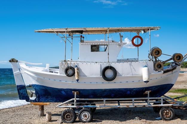 Een decoratieboot op wielen dichtbij de egeïsche zeekust in nikiti, griekenland