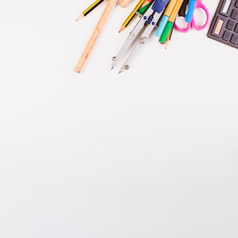 Een deel van calculator en kantoorbehoeften op bovenkant