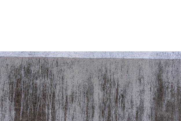 Een deel van concrete muur die op witte achtergrond wordt geïsoleerd