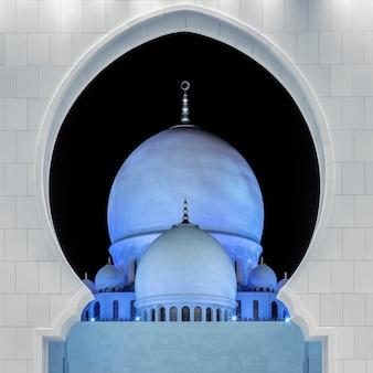 Een deel van de beroemde grote moskee sheikh zayed 's nachts, verenigde arabische emiraten