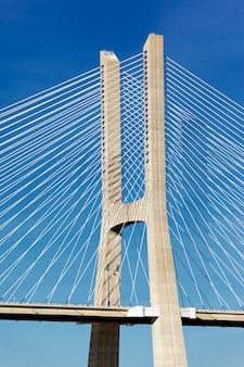 Een deel van de beroemde vasco da gama-brug in lissabon