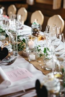 Een deel van de versierde tafel voor gasten close-up