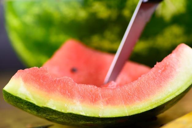 Een deel van de watermeloen was al gegeten. een plakje meloen en mes