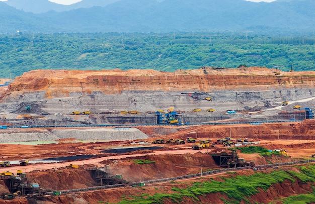 Een deel van een kuil met een grote mijnbouwtruck aan het werk