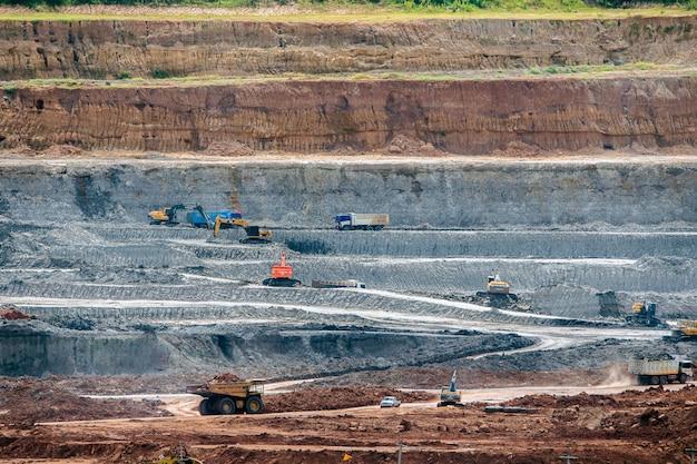Een deel van een kuil met het werken van de grote mijnvrachtwagen