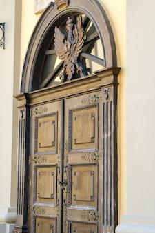 Een deel van een oude houten deur met een gebrandschilderd glaspatroon