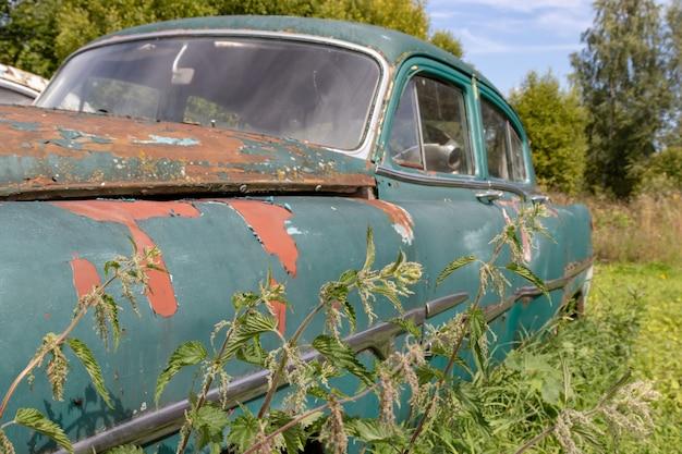 Een deel van een oude roestige auto, autoreparatieconcept