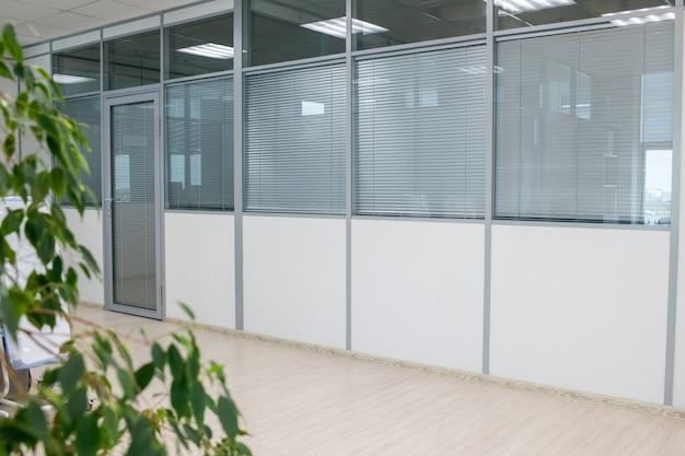 Een deel van een ruime gang in een groot modern gebouw