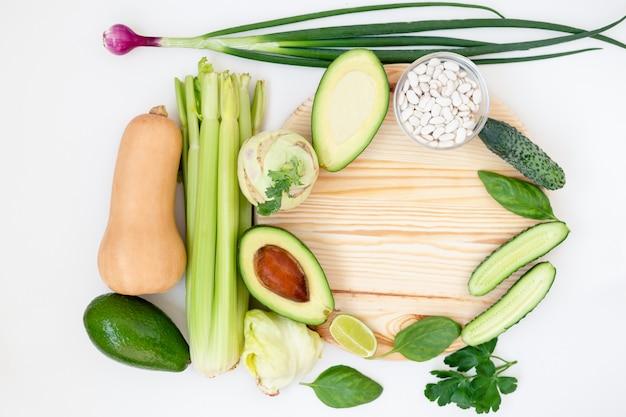 Een deel van een voedsel-collectie ingesteld op een witte achtergrond.