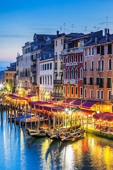 Een deel van het beroemde grand canal bij zonsondergang, venetië