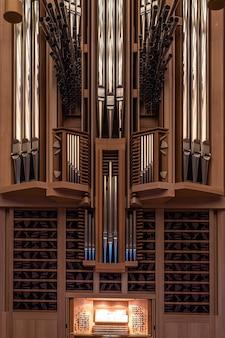 Een deel van het grote orgel in het moskou huis van muziekregister met verschillende pijpen muziekinstrument geselecteerde focus