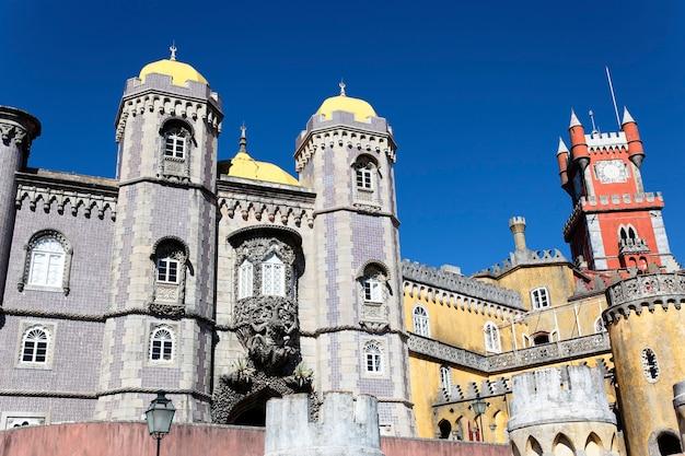 Een deel van het kasteel van pena in sintra, lissabon