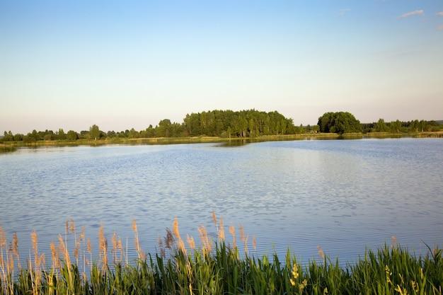 Een deel van het kleine meer op het grondgebied