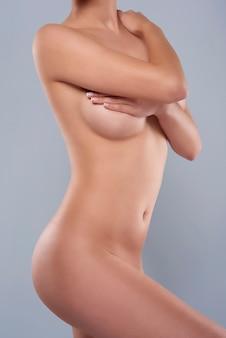 Een deel van het lichaam van een naakte vrouw
