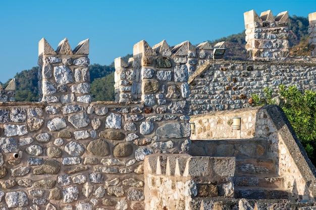 Een deel van het middeleeuwse fort in marmaris, turkije. de muren en torens zijn gemaakt van grote ruwe steen