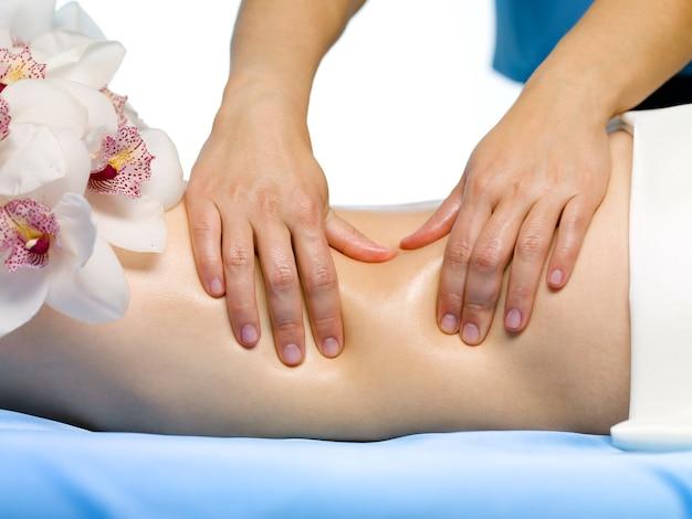Een deel van het vrouwelijk lichaam met een massage - close-up